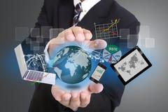 Biznesmen używać ręka dla okładkowego technologii narzędzia Zdjęcie Royalty Free
