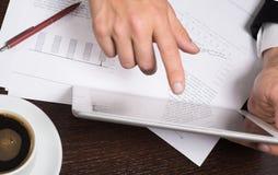 Biznesmen używa cyfrową pastylkę z mapami dla planować i analizy modele biznesu, rozpoczęcie Biznesu pieniądze i finanse przeciw obrazy stock