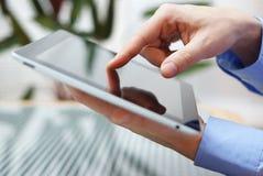 Biznesmen używa cyfrową pastylkę, zbliżenie Fotografia Stock