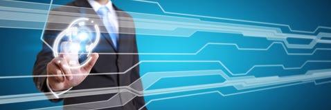 Biznesmen używa cyfrowego dotykowego parawanowego interfejs Obrazy Stock