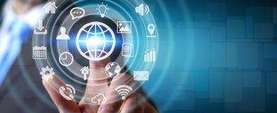 Biznesmen używa cyfrowego dotykowego parawanowego interfejs z sieci ikoną Obrazy Stock