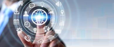 Biznesmen używa cyfrowego dotykowego parawanowego interfejs z sieci ikoną ilustracji