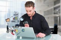 Biznesmen używa dla targowej analizy powiększający obiektyw i laptop zdjęcia royalty free