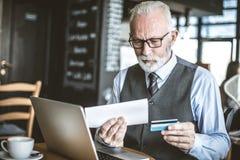 Biznesmen używa e bankowość zdjęcie royalty free