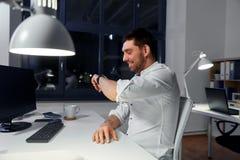 Biznesmen używa głosu rozkaz na mądrze zegarku fotografia stock