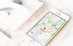 Biznesmen używa Google mapy dla biznesowej podróży w Nowy Jork Obraz Stock