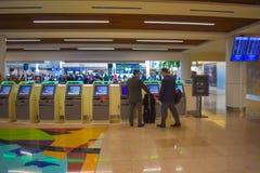 Biznesmen używa jaźń czeka Orlando usługowego lotnisko międzynarodowe 3 obrazy royalty free