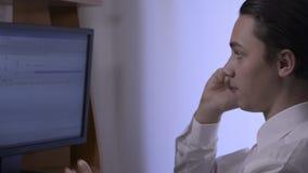 Biznesmen używa jego mądrze telefon - tropić strzał zdjęcie wideo