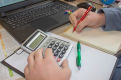 Biznesmen używa kalkulatora kalkulować liczby Biznesmen kalkuluje finanse i główkowanie o problemu w ministerstwie spraw wewnętrz Zdjęcia Stock