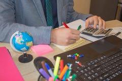 Biznesmen używa kalkulatora kalkulować liczby Biznesmen kalkuluje finanse i główkowanie o problemu w ministerstwie spraw wewnętrz Zdjęcie Stock