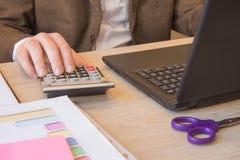 Biznesmen używa kalkulatora kalkulować liczby Biznesmen kalkuluje finanse i główkowanie o problemu w ministerstwie spraw wewnętrz Fotografia Royalty Free