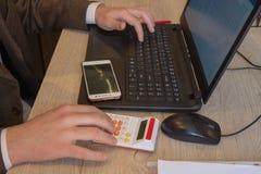 Biznesmen używa kalkulatora kalkulować liczby Biznesmen kalkuluje finanse i główkowanie o problemu w ministerstwie spraw wewnętrz Obrazy Stock