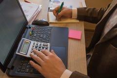 Biznesmen używa kalkulatora kalkulować liczby Biznesmen kalkuluje finanse i główkowanie o problemu w ministerstwie spraw wewnętrz Obraz Stock