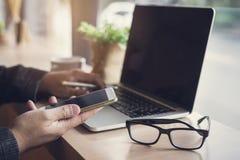 Biznesmen używa laptop i mądrze telefon Obrazy Stock
