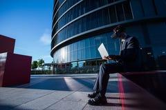 Biznesmen używa laptop i rzeczywistość wirtualna szkła Obraz Royalty Free