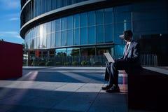 Biznesmen używa laptop i rzeczywistość wirtualna szkła Obrazy Royalty Free