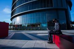 Biznesmen używa laptop i rzeczywistość wirtualna szkła Fotografia Royalty Free