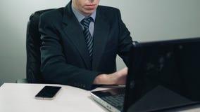 Biznesmen używa laptop w biurze zdjęcie wideo