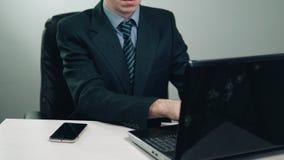 Biznesmen używa laptop w jego biurze zbiory wideo
