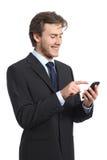 Biznesmen używa mądrze telefon i patrzejący Obraz Stock