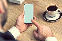 Biznesmen używa mockup telefon komórkowy przy miejsce pracy obrazy royalty free