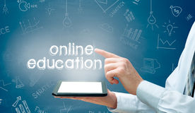 Biznesmen używa nowożytnego pastylka komputer osobistego i odciskanie edukaci Online ikonę Fotografia Royalty Free