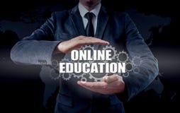 Biznesmen używa nowożytnego pastylka komputer osobistego i odciskanie edukaci Online ikonę na wirtualnym ekranie Obrazy Royalty Free