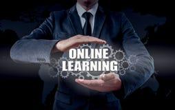 Biznesmen używa nowożytnego pastylka komputer osobistego i odciskanie uczenie Online ikonę na wirtualnym ekranie Zdjęcie Stock