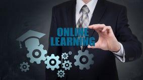 Biznesmen używa nowożytnego pastylka komputer osobistego i odciskanie uczenie Online ikonę na wirtualnym ekranie Zdjęcia Stock