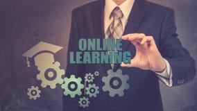 Biznesmen używa nowożytnego pastylka komputer osobistego i odciskanie uczenie Online ikonę na wirtualnym ekranie Fotografia Royalty Free
