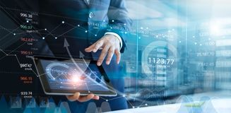 Biznesmen używa pastylkę analizuje sprzedaże dane i wzrosta gospodarczego wykres obraz royalty free