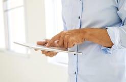 Biznesmen używa pastylkę online kalkuluje zyski i strata pieniężnego raport w biurze obraz royalty free