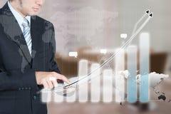 Biznesmen używa pastylkę z technologii warstwy skutkiem, biznes Zdjęcie Stock