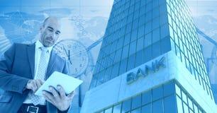 Biznesmen używa pastylkę z Wysokiego budynku bankiem z czasem i światowymi ludźmi ikon Zdjęcia Royalty Free