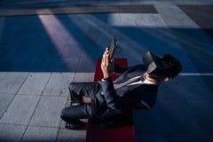 Biznesmen używa pastylka komputer i rzeczywistość wirtualna szkła Zdjęcie Royalty Free