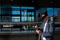 Biznesmen używa pastylki rzeczywistości wirtualnej i komputeru szkła Obraz Royalty Free