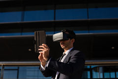 Biznesmen używa pastylki rzeczywistości wirtualnej i komputeru szkła Fotografia Royalty Free