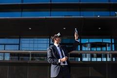 Biznesmen używa pastylki rzeczywistości wirtualnej i komputeru szkła Obrazy Royalty Free