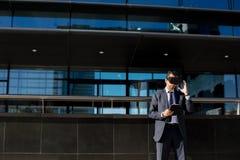 Biznesmen używa pastylki rzeczywistości wirtualnej i komputeru szkła Zdjęcia Stock