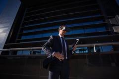 Biznesmen używa pastylki rzeczywistości wirtualnej i komputeru szkła Obrazy Stock