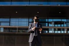 Biznesmen używa pastylki rzeczywistości wirtualnej i komputeru szkła Obraz Stock