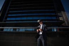 Biznesmen używa pastylki rzeczywistości wirtualnej i komputeru szkła Zdjęcia Royalty Free