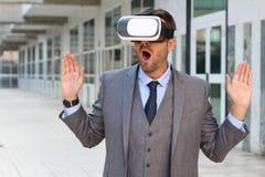 Biznesmen Używa rzeczywistość wirtualna szkła obrazy stock