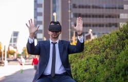 Biznesmen Używa rzeczywistość wirtualna szkła Zdjęcia Royalty Free