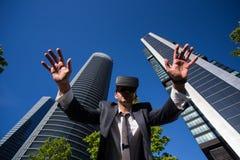 Biznesmen Używa rzeczywistość wirtualna szkła Zdjęcie Stock
