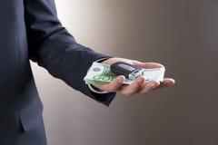 Biznesmen używa samochodu pieniądze i klucz obrazy stock