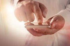 Biznesmen używa smartphone apps i usługa Zdjęcie Royalty Free