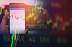 Biznesmen używa smartphone rynków walutowych lub giełda papierów wartościowych rynku deski dane ekranu handlarską online wiszącą  fotografia royalty free