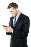 Biznesmen używa telefon komórkowego Obrazy Royalty Free
