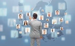 Biznesmen używa wirtualnego ekran z kontaktami zdjęcia stock